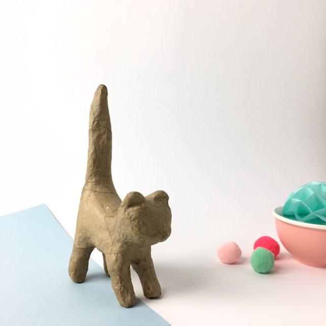Gato cola hacia arriba cartón craft Décopatch para decorar